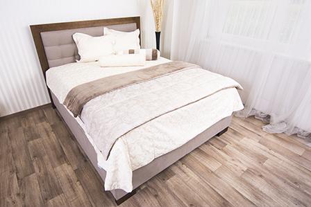 Čalúnená Posteľ NATUR s obložkou dreva. Posteľ má rozmer ložnej plochy 160x200 plus funkciu úložného priestoru.