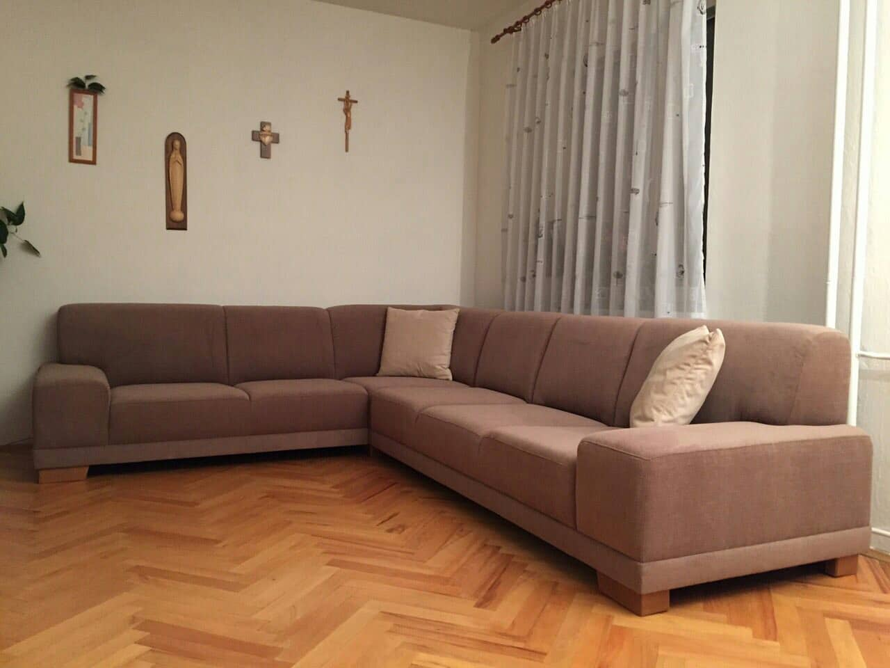 Rohová sedacia súprava Viktória v luxusnom poťahu z našej kolekcie Chantal 6. Rozmer sedacky: 265x335cm