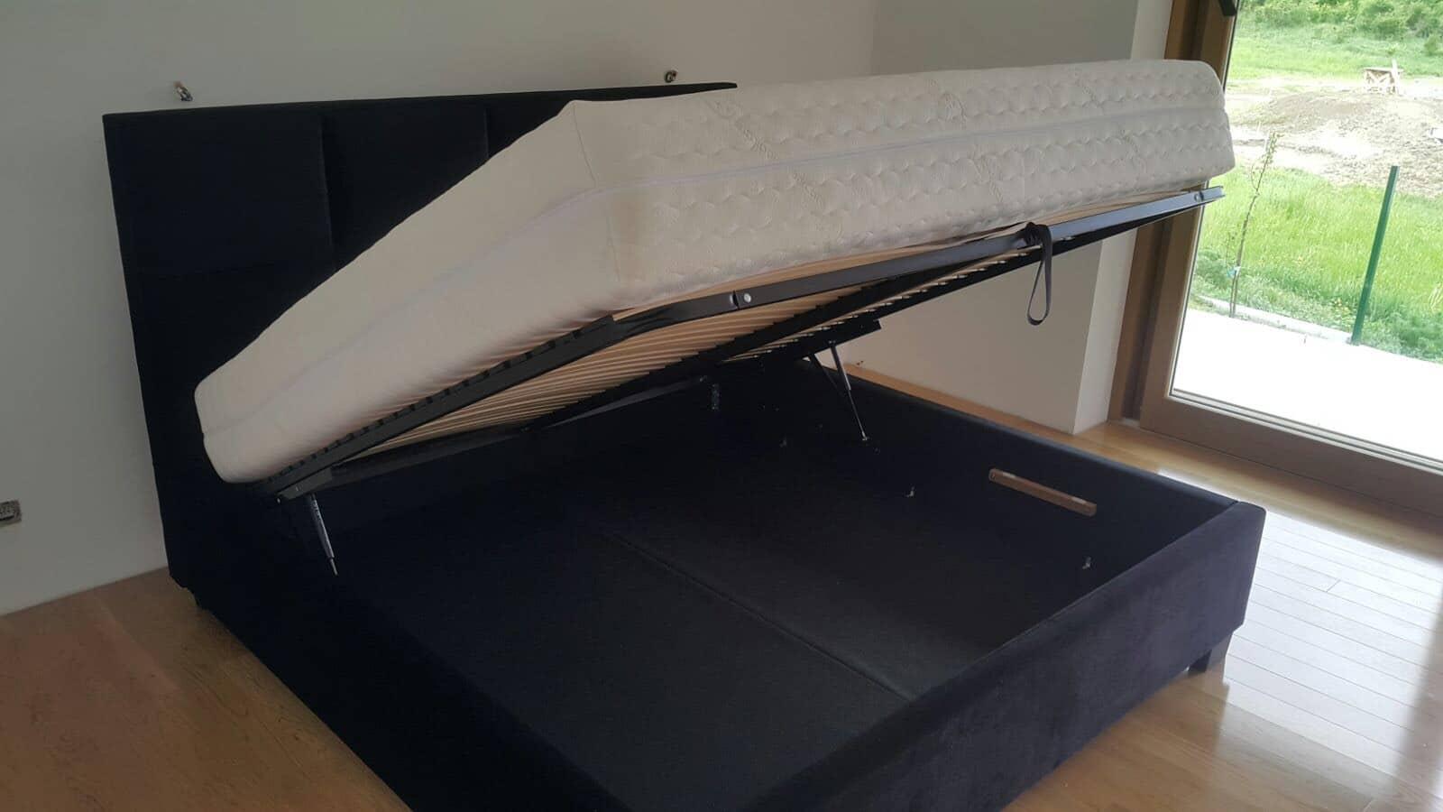 Rámová verzia postele Soft Plus 200x200cm s vypuklým čelom s výškou 140cm, bočnice 35cm  a úložným priestorom s predným výklopom doplnená vysokým hotelovým matracom Helena.
