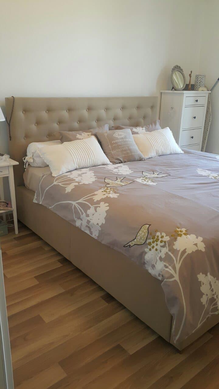 Čelo postele ako jediné zdobené krýštálovými gombíkmi, Ktoré dodajú aj vašej posteli kráľovský vzhľad. Rozmer ložnej plochy 180x210cm