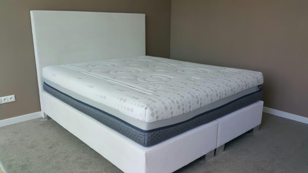 Jednoduchá a vysoká posteľ, ktorá vždy očarí. Posteľ je vo verzii springbox, rozmer ložnej plochy 210x190cm