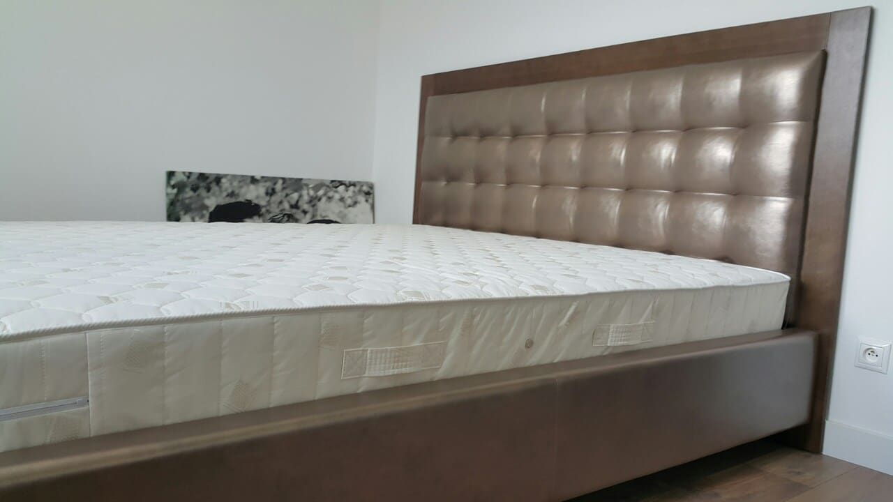 Posteľ NATUR s obložkou dreva bez úložného priestoru, so zdravotným matracom od nás.Zákazník si môže zvoliť vlastný rozmer a poťah. Rozmer ložnej plochy 180x200cm.