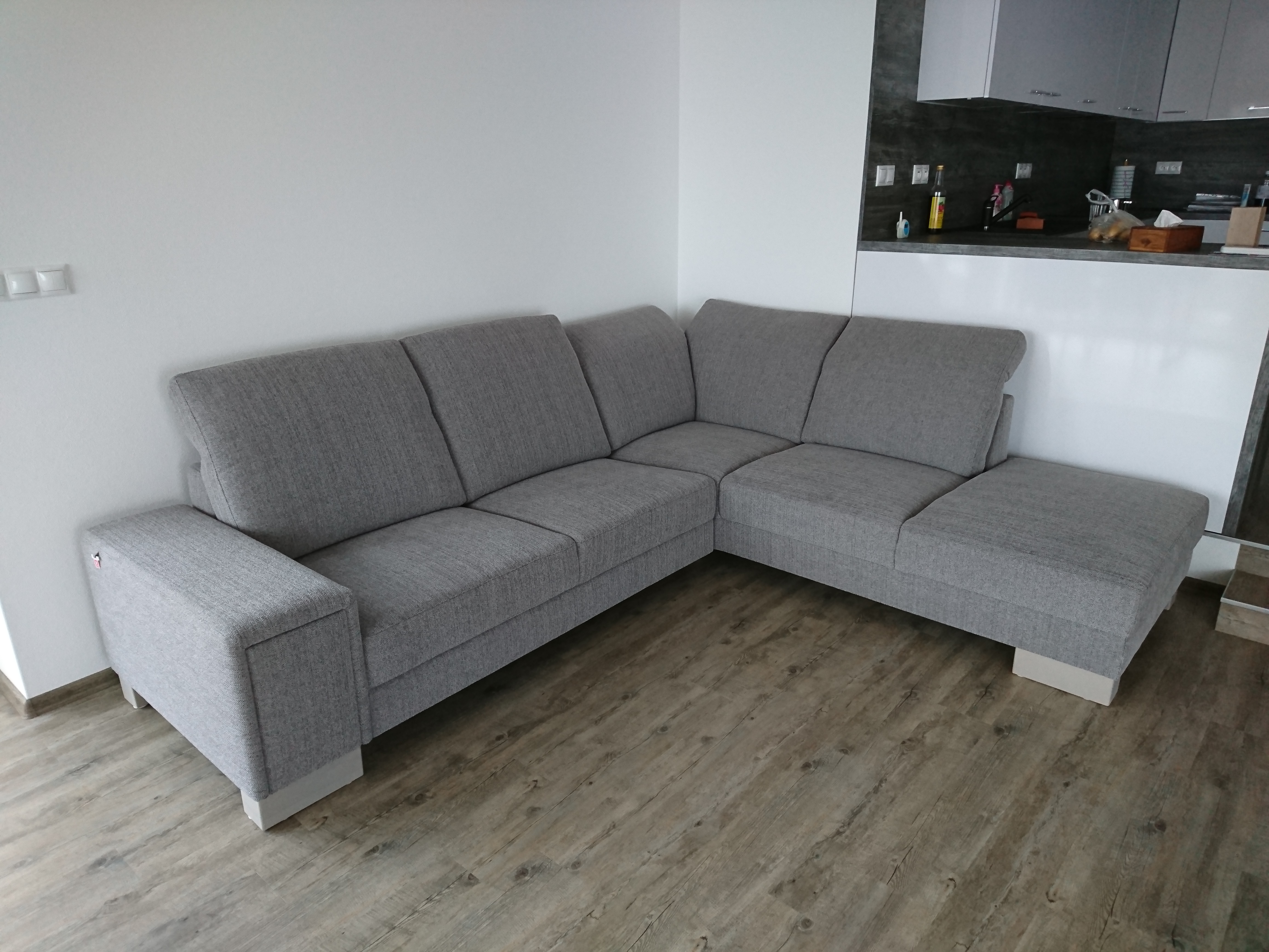 Moderná sedačka s polohovateľnými chrbtovými opierkami v príjemnom a zároveň kvalitnom poťahu Roxy. Rozmer: 270x230cm