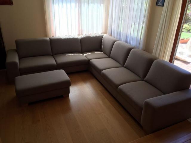 Dokonalé priestranná sedacia súprava Tomi(275x325cm) + taburet s úložným priestorom v poťahu Libra