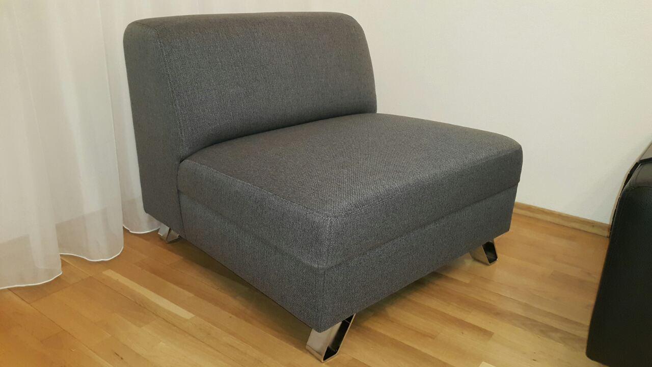 Štýlový doplnok k vašej sedacej súprave vo forme moderne riešeného kresielka. Rozmer: 80cm, poťah: Figaro 112