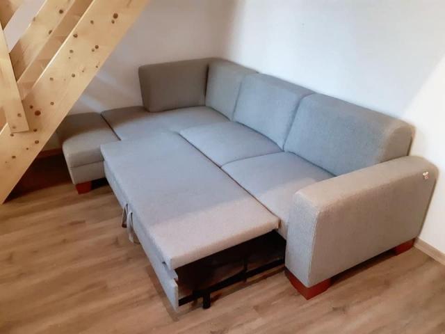 Sedacia súprava Lemans plaza(140x270cm)s rozkladom na 2-posteľ v látke Kentash doplnená taburetom(45x90cm).