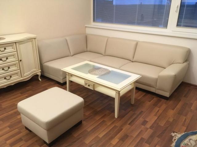 Sedacia súprava Hardy plaza v špecifických rozmeroch podľa zadania zákazníka s výsuvnými sedákmi v špeciálnej koženke pre náročné aplikácie(lode, doprava, zdravotníctvo, fitnes, exteriér...)