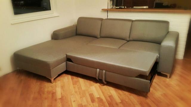 Sedacia súprava Lemans s funkciou rozkladu na 2-posteľ, sedacka presita kontrastne tmavsiou niťou a doladená luxusnými nožičkami.Rozmer:195x250, poťah: libra 51