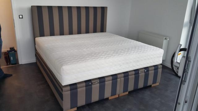 Čalúnená posteľ Klasik Lux vo verzii springbox postele + úložný priestor.Rozmer ložnej plochy 200x200cm