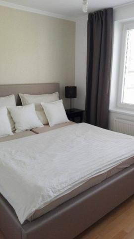 Jednoduchá krásna vysoká posteľ s úpravami na mieru(zákazník si zvolil typ čalúnenie,rozmer, výšku a šírku bočníc, výsku čela...)Posteľ je navrhnutá pre maximálne pohodlie zákazníka