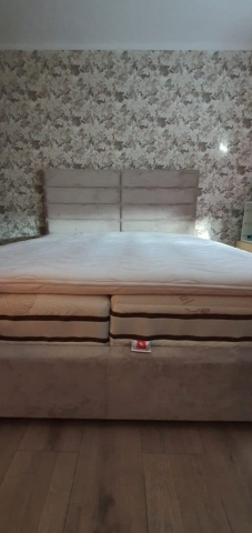 Posteľ Soft Quadro(180x200cm)s výškou čela 140cm v látke Neapol doplnená hotelovými matracmi na mieru podľa výberu zákazníka.