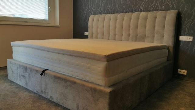 Posteľ Blus Lux(200x200cm) s úložným priestorom, so zahnutým čelom výšky 130cm a vysokou bočnicou 35cm doplnená luxusným matracom s pamäťovou penou.