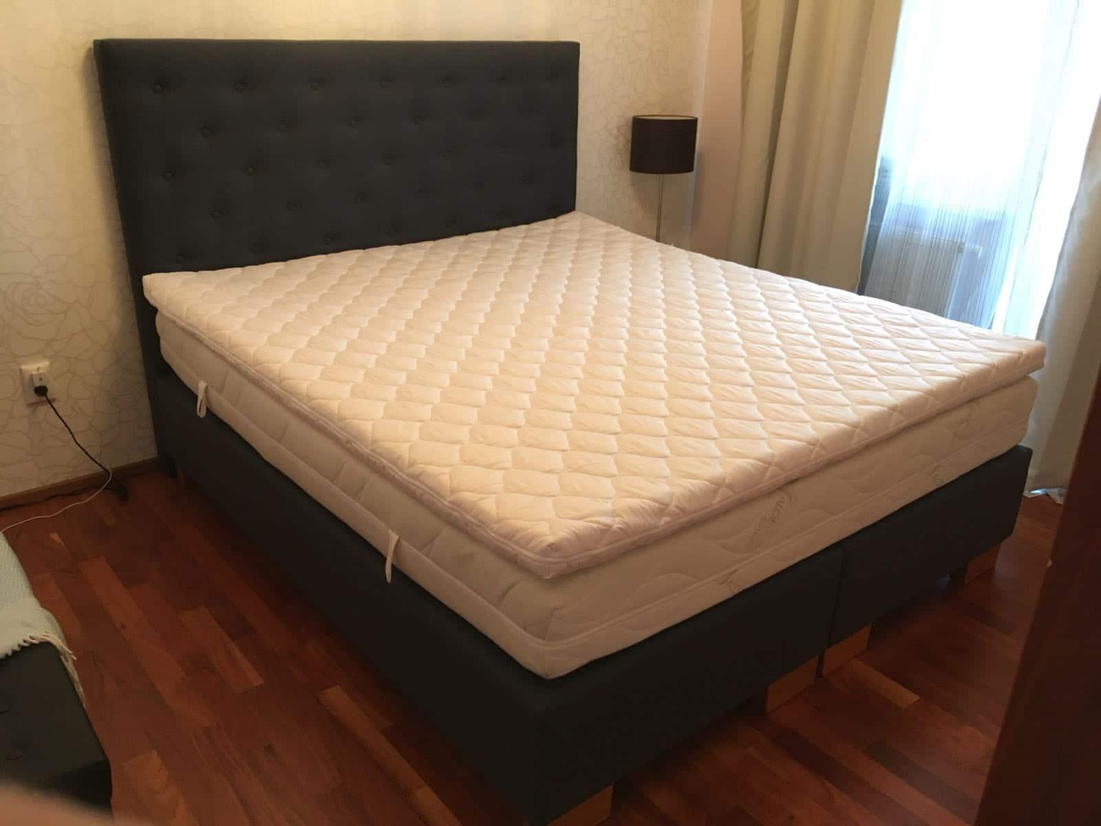 Vysoká posteľ springbox. Posteľ je vyrobená podľa požiadaviek zákazníka s Výškou čela postele až 140cm. Poťah Oxford dotvára na posteli príjemnú štruktúru