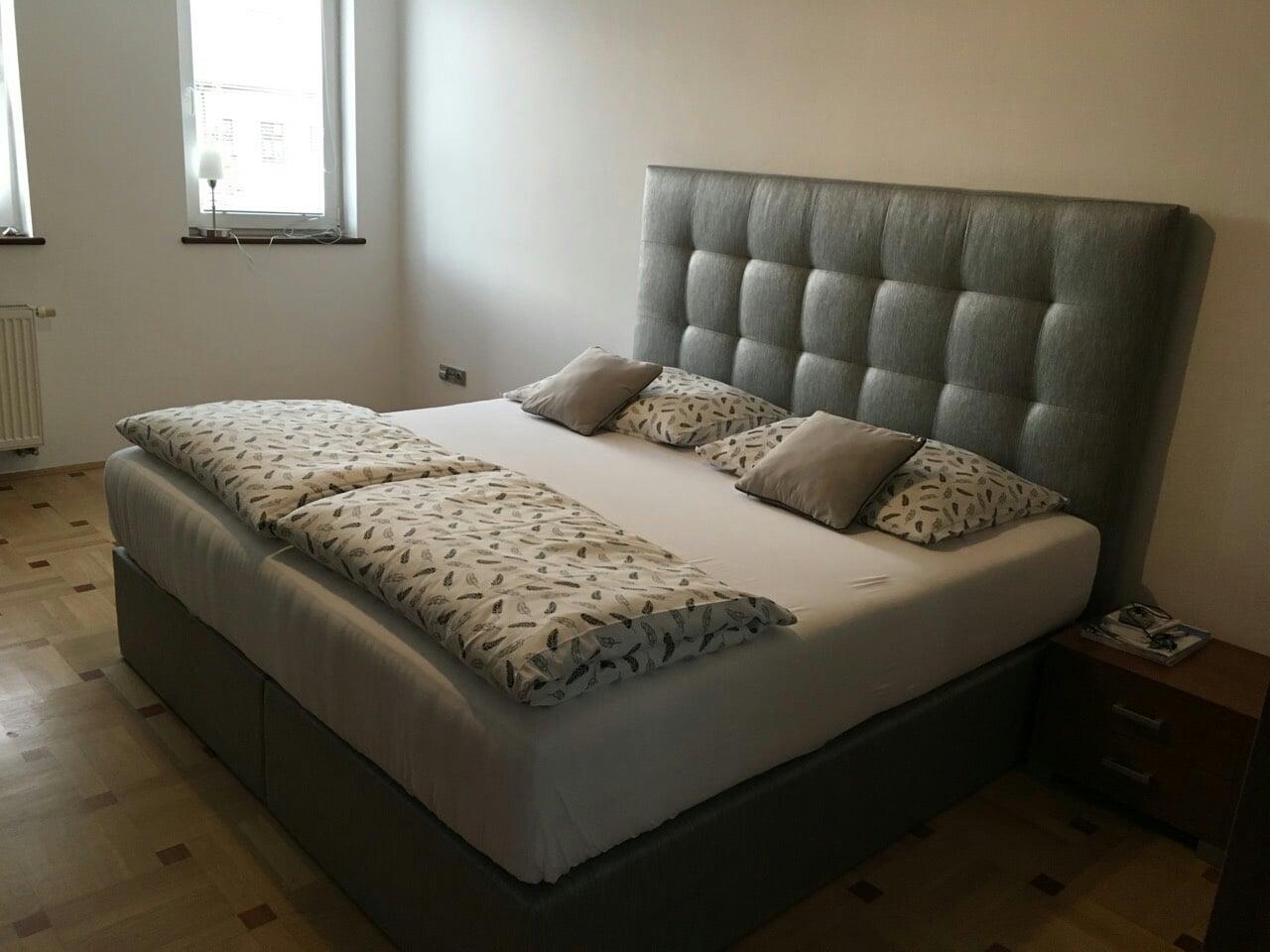 Štýlová posteľ Soft vo verzii Springbox. Rozmer 200x200cm na požiadavku zákazníka, vysoké čelo v modernom vrecovinovom poťahu.