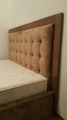 Kontinentálna posteľ na objednávku pre zákazníka s úpravami na mieru, s vysokým čelom, a zdravotným matracom. U nás máte možnosť výroby postele na mieru