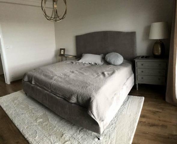 Rámová verzia postele Vintage s úložným priestorom v látke Neapol na 14cm vysokých chrómových nožičkách.