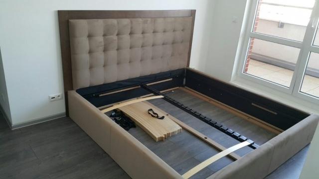 Posteľ Natur s obložkou dreva. Posteľ má rozmer ložnej plochy 200x200cm a funkciu úložného priestoru. Zákazník si môže zvoliť svoj vlastný rozmer, poťah...