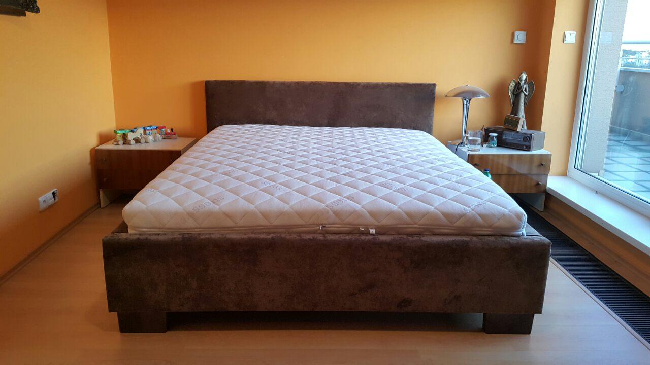 Posteľ Klasik s nízkym čelom, posteľ má rozmer ložnej plochy 160x200cm, zákazník si môže zvoliť vlastný poťah rozmer, vyšku nožičiek.