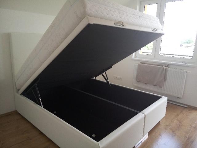 Posteľ Klasik LUX - hladké čelo, verzia springbox(matrac položeny na ráme postele) + úložný priestor.Zákazník si môže zvoliť vlastný rozmer, poťahový materiál